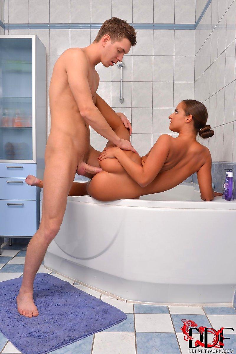 порно поймал в ванной